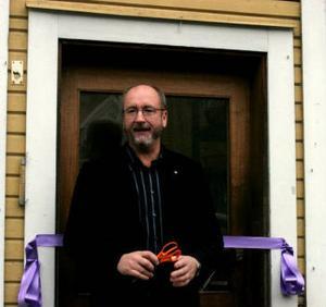 Erikshjälpens Leif Grip höll ett litet tal innan det var dags att öppna dörren på butíken i Fränsta.
