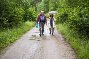 Regn och rusk hindrar inte Åke och Ulla Palm att dra till skogs på jakt efter hjortron och det bästa fisket.