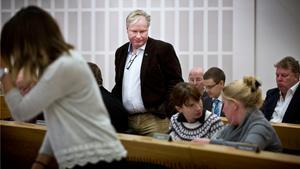 Tommy Blomqvist (SD) i kommunfullmäktige. Till höger samtalar sin sambo Ingrid Hult (SD) med Beata Kuniewicz (SD).