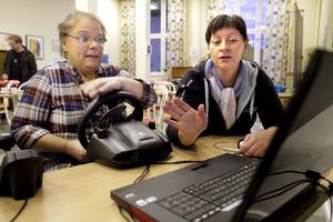 Fick guldstjärna. Under överinseende av Carita Wiklund fick Anette Wennerström testa sitt körsätt i en simulator. I ett moment blev det högsta betyg.FOTO: KENNETH HUDD