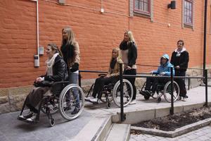Rullande rad. Runt hörnet finns en handikappanpassad ingång till teatern och Emma Iggström, Linnéa Åberg, Camilla Hellström, Anna Karlsson, Joel Ågren och Tobias Marcusson kan rulla in utan problem. FOTO: HANNA OSCARSSON