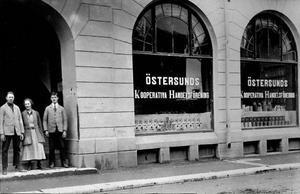 Den första butiken i Östersunds Kooperativa Handelsförening på Storgatan 39. Vid starten 1909 hade föreningen 267 medlemmar som hade skrapat ihop ett insatskapital på 1643 kronor. Butiken firar i år hundraårsjubileum. Ur Konsums fotoalbum/Jamtlis Bildarkiv.