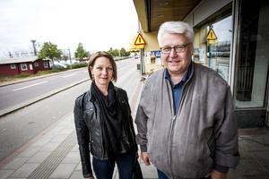 Anna Nordlund och Christer Andersson tycker båda att bankerna borde hantera kontanter.