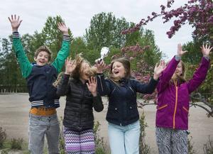 Viktor Björner, Saga Karlsson, Frida Ahlmgren och Ida Stegby hoppar högt efter att Uslands skola har vunnit ST-priset.