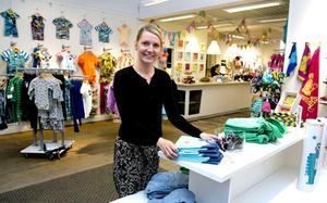 Marlene R Eng har valt att satsa på svenska klädmärken i sin butik Pirum Parum. På senare tid har hon också tagit in leksaker, presenter och inredning i samma anda.
