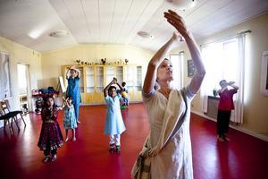 Hanna Manilla från England/Finland i ett träningspass med sina elever i indisk klassisk kathakdans.