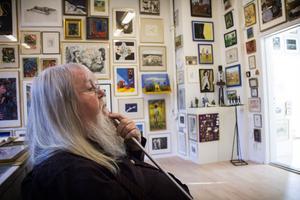 Stefan Daagarsson lever ensam på sin gård utanför Bollnäs. Här sitter han gärna och försjunker i sin konstsamling.