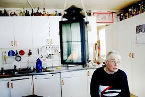 53-åriga Eivor Solestig Jochnick sitter hemma i köket i Selsålandet och är ledsen och förtvivlad. Dels för att hon är sjuk dels för att Patientförsäkringen inte accepterar hennes anmälan.     Foto: Henrik Flygare