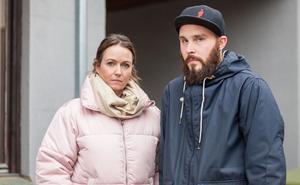 Jenny Sohlström Hälla och Daniel Hellberg jobbar båda inom omsorgen i Avesta kommun. De vill att kommunen tänker om och skrotar beslutet om tre semesterperioder.