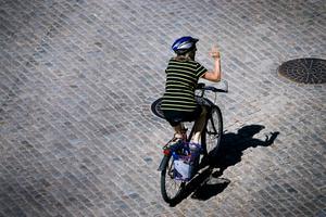 Att använda hjälm är en av de viktigaste sakerna för att skydda sig när man cyklar.