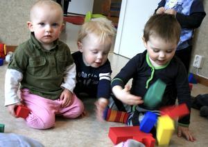 Alma Fältström, Lukas Holm och Nilas Malmberg går lös på klossarna i förskolan Mosippans nya lokaler. BILD: JESSICA UHLIN