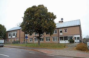 Kommunhuset i Kungsgården säljs för 2, 1 miljoner. Men då får man ett par äldre kulturbyggnader på köpet.