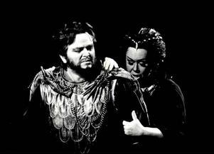 Efter en kort anställning på Folkoperan engagerades Sonny på Kungliga Operan i Stockholm.I januari  1984 debuterade han i huvudrollen som Jason i operan Medea.   På bilden synsSonny Wallentin och Gunilla af Malmborg.ÖP 10 mars 1984.