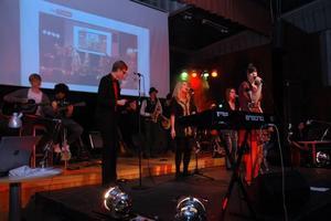 HÄFTIGT. Med stor inlevelse och vacker sång rockar eleverna från estetiska programmet loss.