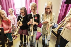 Linnea Hansson, 9 år, Tea Strömqvist, 9 år, och Matilda Kihlgren, 10 år, fick det ärofyllda uppdraget att spela fanfar när bandet klipptes.
