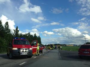 Här på Kumlavägen inträffade olyckan. Just nu dirigerar polisen om trafiken.