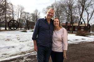 Bengt och Carina Wåhlin. I bakgrunden skymtar det nedlagda bruket. Till höger syns det röda annexet som är nyrenoverat och just nu uthyrt till personal som jobbar med nedmonteringen av bruket.