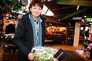 Eva Jakobsson har precis köpt en bukett tulpaner eftersom hon tycker att våren ligger i luften.