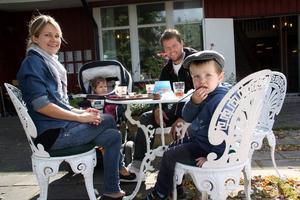 Äntligen. Sara Oscarsson  och Erik Öhrn med barnen Maximilian och Charlie ska besöka biblioteket ofta. Att ta en fika samtidigt är ett plus, menar Sara.