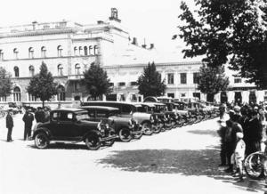 Det har inte alltid varit bilfritt på Stortorget. Det här är troligen någon parad eller utställning omkring 1920.