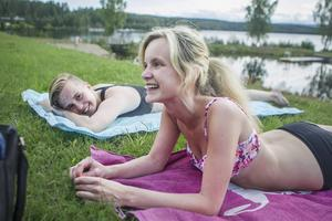 Emmy Hagelit från Söderala och Emma Forsberg från Mohed tycker att det är mysigt på Badkullen.