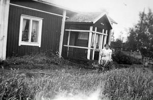 Stugan i svenskbygderna där familjen bodde innan de flydde.