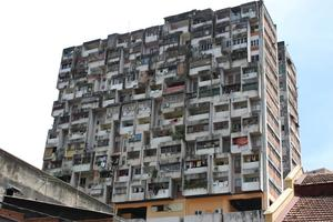 Kul byggnad mitt i Kuala Lumpur.Ingen balkong verkar vara likadan.Får en att undra hur man byggde det så eller om man byggt till i efterhand.