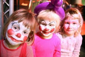 Kusinerna Wirdby på adventsgala i Sjömanskyrkan. Fr v clownen Vanna Wirdby, 4, clownen Nora Wirdby, 5, och fjärilen Ella Wirdby, 6 år.