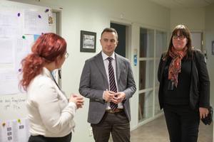 Elin Åkersten Gustafsson, teamledare, och Maria Beiron, chef för asylprövningsenheten i Gävle gav Tomas Tobé, M, en rundtur för att visa hur verksamheten fungerar.