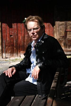 Lars Persa har i veckan släppt sin tionde platta.