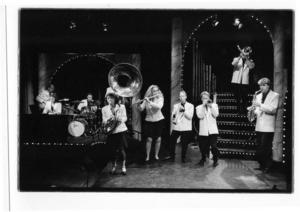 """Kabaré1993. Skottes Musikeater invigde sin nya scen på Spegeln med """"En kabaré"""" 1993 i klassisk Skottestradition. Med tiden blev medlemmarna i gruppen färre och man valde att satsa mest på barnteaterföreställningarna istället. Längst till höger skådespelaren och saxofonisten Kalle Zerpe."""