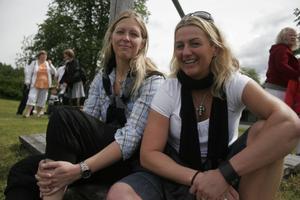 Sofi Wiklund och Carola Tinnuri hade åkt med traktorekipage från byn till hembygdsgården.– Det var roligt att traktorerna kom tillbaka, så var det när jag var liten, säger Sofi Wiklund.