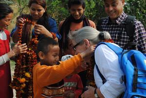 Ulla blir välkomnad av sitt fadderbarn Sushil.