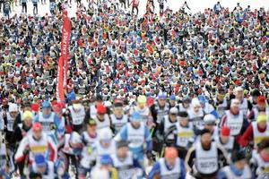 Nästan 14 000 löpare på väg uppför första backen efter starten på gärdet nere i Berga by.
