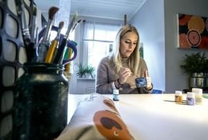 Lovia Bilock funderade på vad man kan göra med gamla glasburkar och flaskor. Hon satte igång att måla dem.