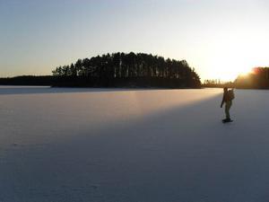 Min fru Trine åker långfärdsskridskor på Näldsjön den 12:e december. Foto: Jon Bergström