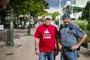 Centrumvärden Mikael Larsson och ordningsvakten Conny Thörnell arbetar för ökad trygghet i Söderhamn.