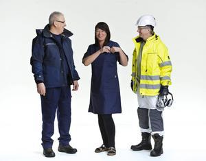 Lenita Granlund, avtalssekreterare på Kommunal, mitten, här i arbetskläder för personal i äldreomsorgen. Hon ratade dock byxorna till tunikan vid fotograferingen med motiveringen
