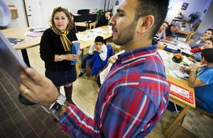 Språkligt. Nasim Yousef arbetar ideellt med att undervisa  i svenska för flyktingar. Coseh Thumas och de andra i gruppen lyssnar på hans genomgång. Foto: Tony Persson