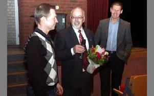 Berndt Nygårds, S, utbildningsnämndens ordförande, och Jukka Kuusistu, chef för utbildningsförvaltningen, uppvaktade Bo Bergström i tisdags. Kuusistu testade Bergströms biologikunskaper genom att ge ledtrådar på vad en av blommorna han skulle få var för n