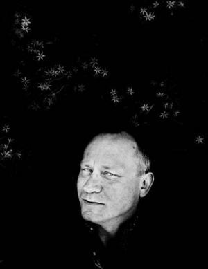 Stellan Skarsgård medverkar i boken Personligt, där icke troende berättar om  sina vägval.