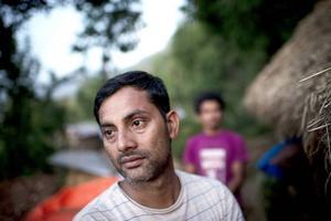 Ram Sapkota är trött, men det hindrar inte honom att bygga upp sin hemby igen. Foto: Jonas Gratzer