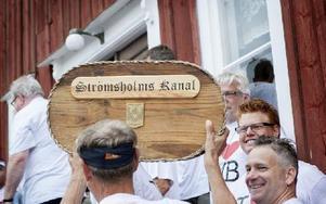 """""""Du måste känna på första priset, det är som att hålla i Stanley cup-bucklan, säger prisutdelaren Per-Arne Bengtsson. Foto: Carl Lindblad"""
