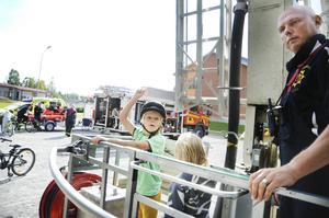 Linus och Wille Larsson från Krokom fick en tur i skyliften med Jörgen Nyqvist när Räddningstjänsten visade upp sin utrustning.