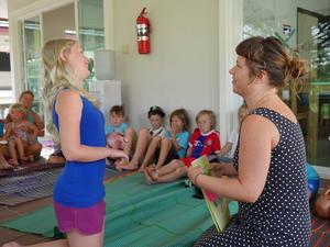 Alla barn har individuell planering och var där olika länge. Här avtackas Leija före hemfärd.