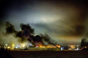 Den svarta och tjocka röken vällde upp från den brandhärjade byggnaden i Vivalla.