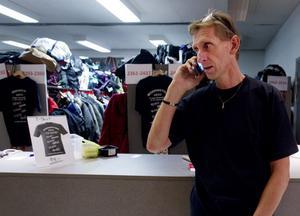 Mobilen ringer i ett för arrangören Leif Wibron.– Hela huset är fullt, konstaterar han nöjt.