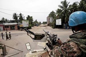 """""""FN:s fredsbevarande trupper möter nya utmaningar och behöver ständigt nya bidrag"""", skriver debattörerna. På bilden ses FN:s fredsbevarare patrullera på gatorna i Abidjan, Elfenbenskusten, i april 2011."""