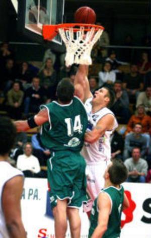 En bild från säsongen 2002/2003 då läget var annorlunda. Dragons förlorade då 6 av 7 matcher mot Plannja. I kvällens tidiga seriefinal är Dragons favoriter.