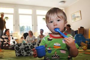 Angus Bäckman, 16 månader, på familjecentralen. Uteplatsen ska byggas vid fönstren på bilden.
